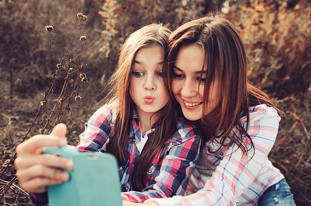 madre e hija sacándose un selfie