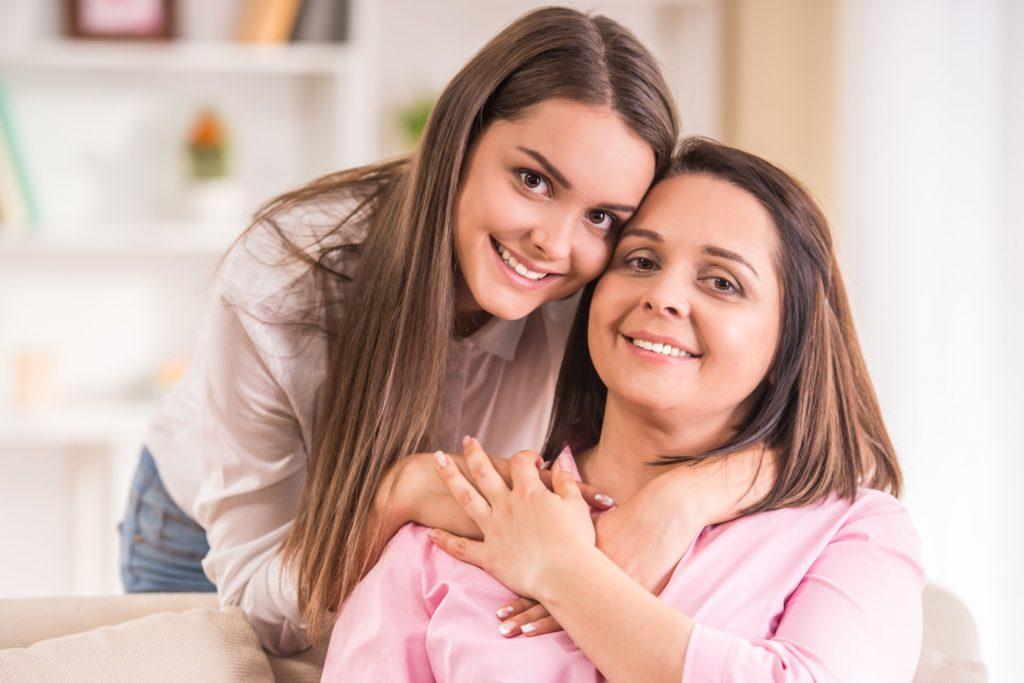 mamá posando para la foto con su hija